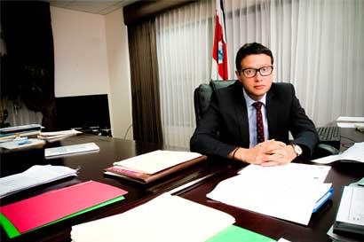 Ministro de Justicia llama a cuentas a directivo que prohibió inscribir matrimonios gais