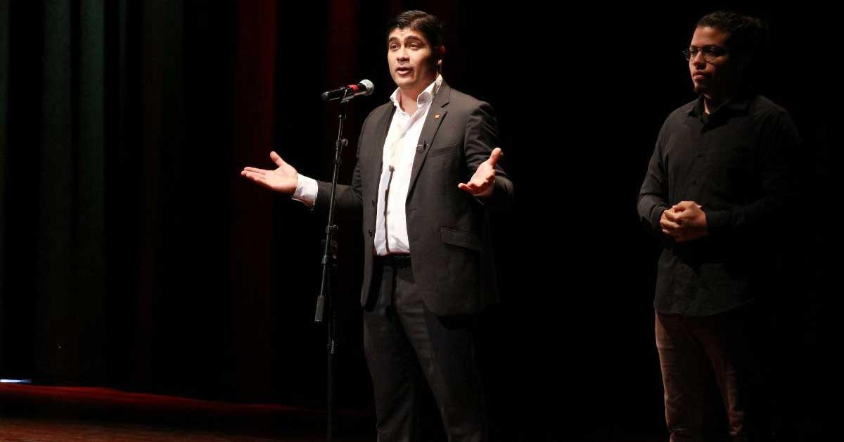 Carlos Alvarado se aferra al oficialismo para estar en debates