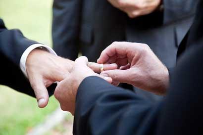 Pareja gay pospone boda ante pronunciamiento de Dirección de Notariado