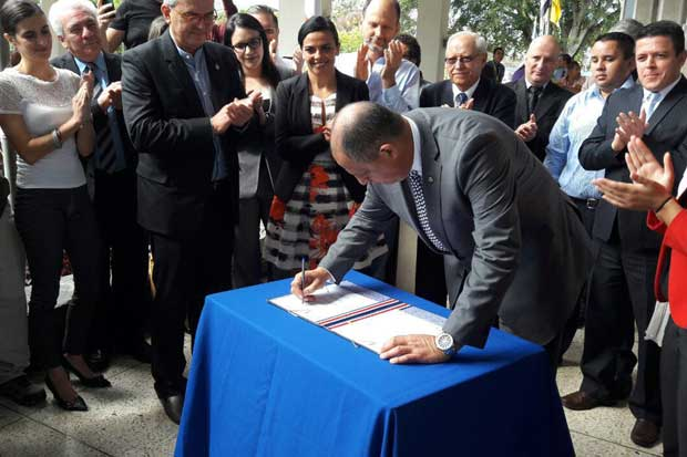 Presidente firmó ley de incentivos a autos eléctricos