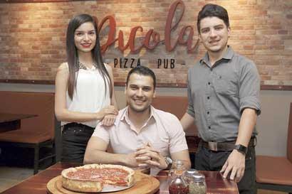 Jóvenes crean la famosa pizza Deep Dish en Costa Rica