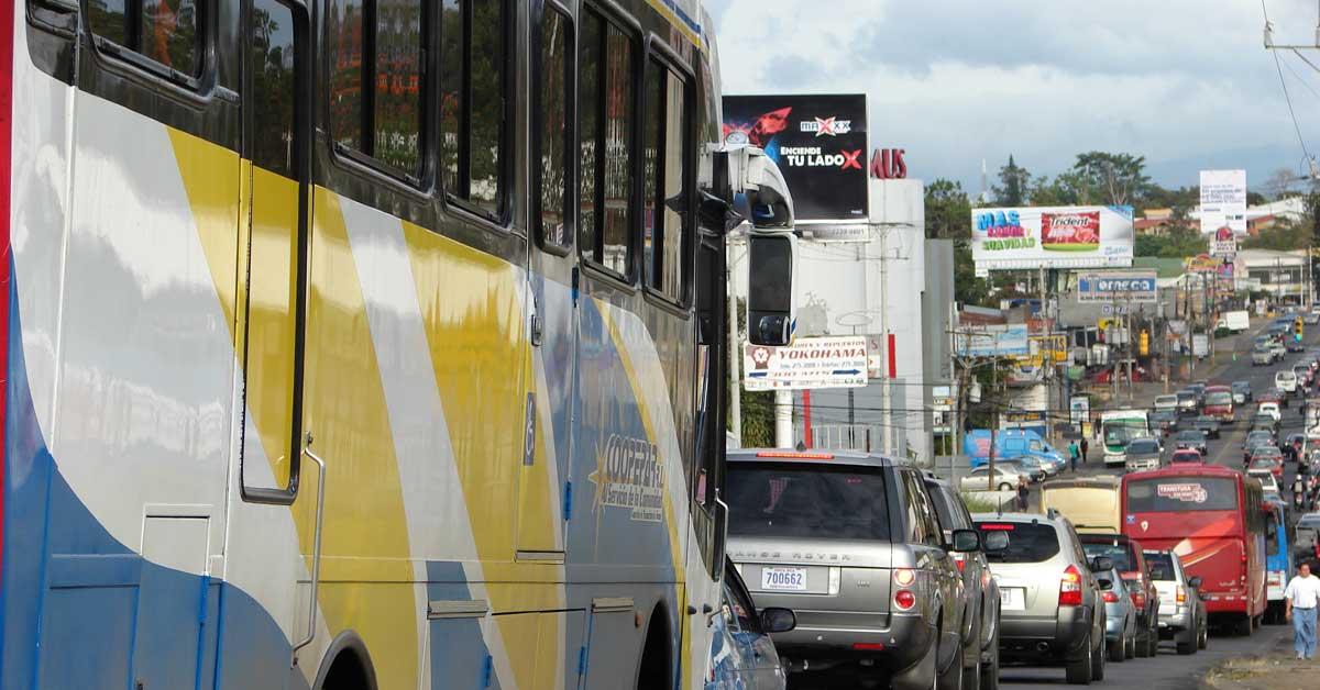 Tiempo en autobús aumenta un 30% en horas pico