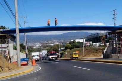 Mañana inicia colocación de barandas en puente peatonal por la Pozuelo