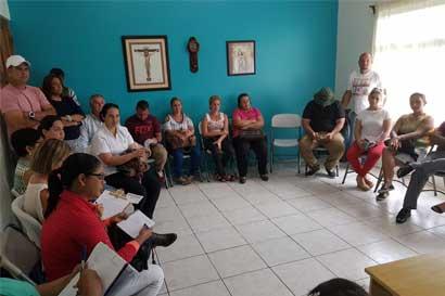 Ministra logra acuerdo con padres para reabrir escuelas en San Carlos