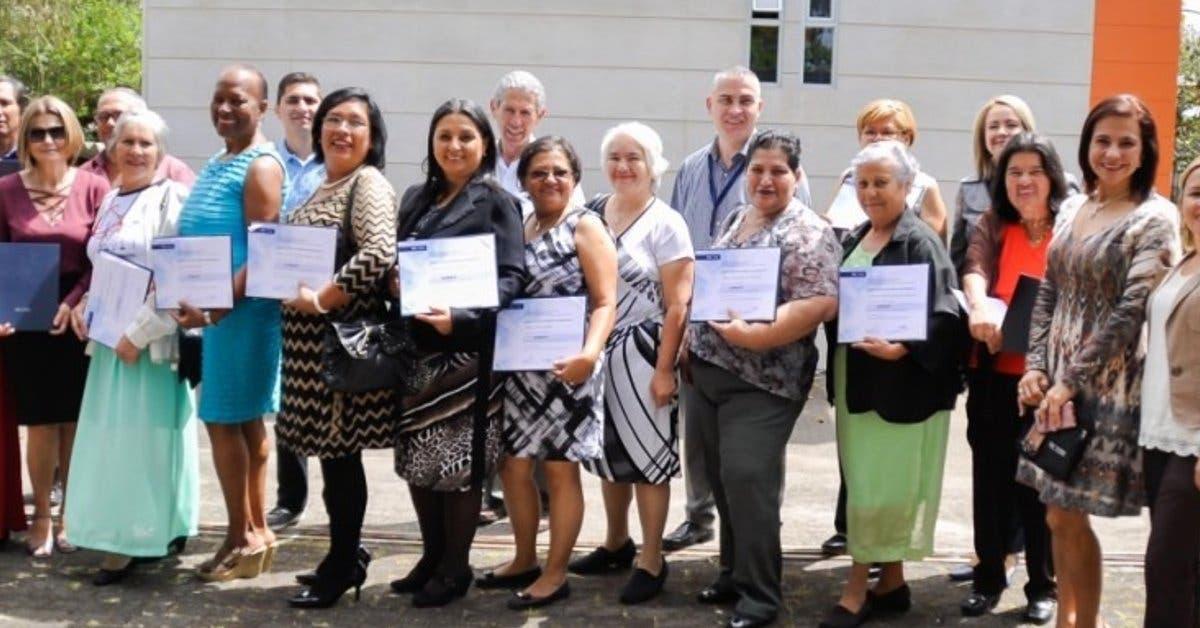 Nuevo grupo de adultos mayores se gradúa del TEC