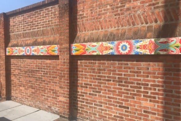 Artista plasmó la cultura popular tica en obras que adornan Barrio Escalante