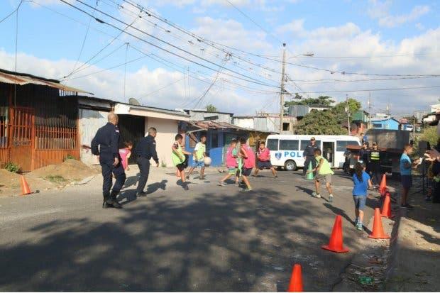 Fuerza Pública organizan partidos de fútbol con niños de Pavas y Hatillo