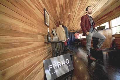 Emprendedor convirtió viejo autobús en tienda masculina prémium