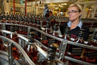 Grandes marcas como whisky Johnnie Walker busca promover la igualdad de género