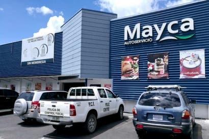 Policía Fiscal allana Mayca por venta ilegal de bebida