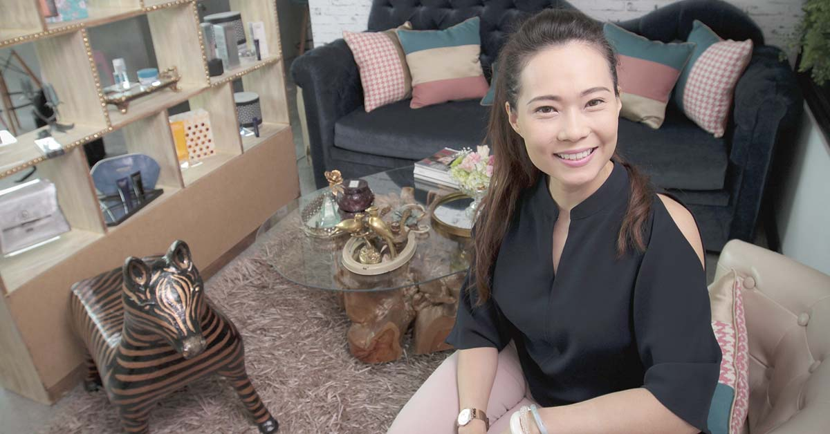 Empresaria lanza kit de brochas para maquillaje