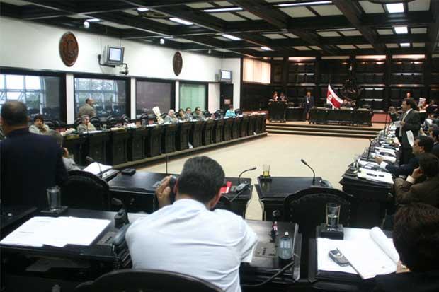 Diputados aprueban moción para vía rápida a impuestos en medio de zafarrancho