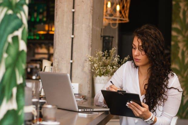 82% de las mujeres persigue sus metas profesionales