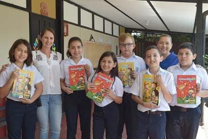 700 estudiantes de Heredia se benefician con libros cortesía de Intel