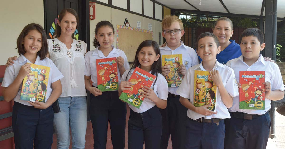 700 estudiantes de Heredia se benefician con libros cortesía de Intel
