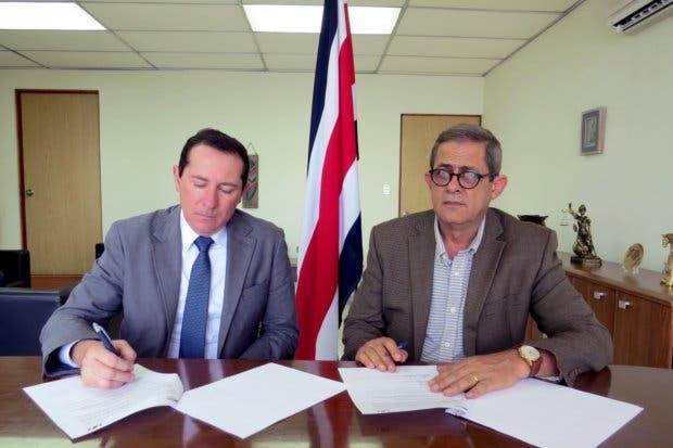 Servicio de Aduanas y bananeros firman convenio para mejorar recaudación