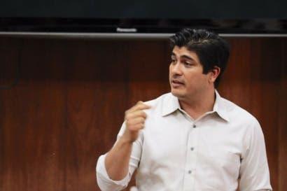 Carlos Alvarado acude solo a conversatorio de la UNA