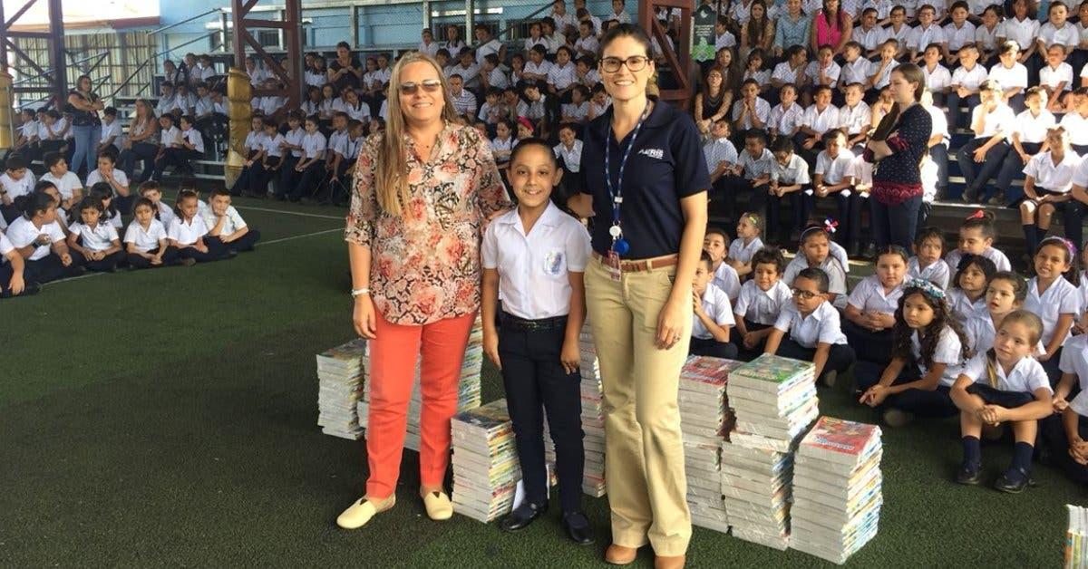 Pasajeros del Juan Santamaría donaron casi 7 mil libros a centros educativos
