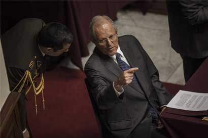 Presidente de Perú renuncia a su cargo