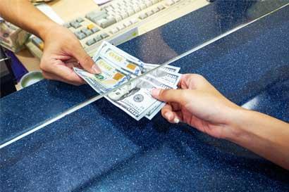 Baja inflación y tipo de cambio volátil redujeron inversiones y préstamos en dólares