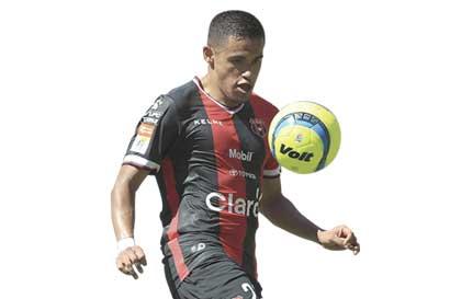 Róger Rojas a un tanto de ser el delantero extranjero con más goles en un torneo corto