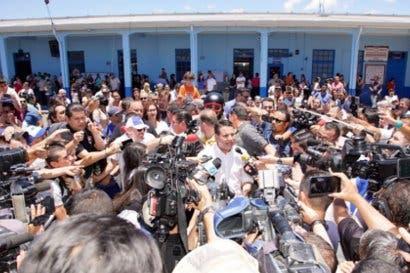 Fabricio Alvarado emite su voto en medio de una multitud