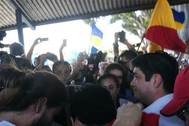 Seguidores del PAC acompañan a Carlos Alvarado a votar