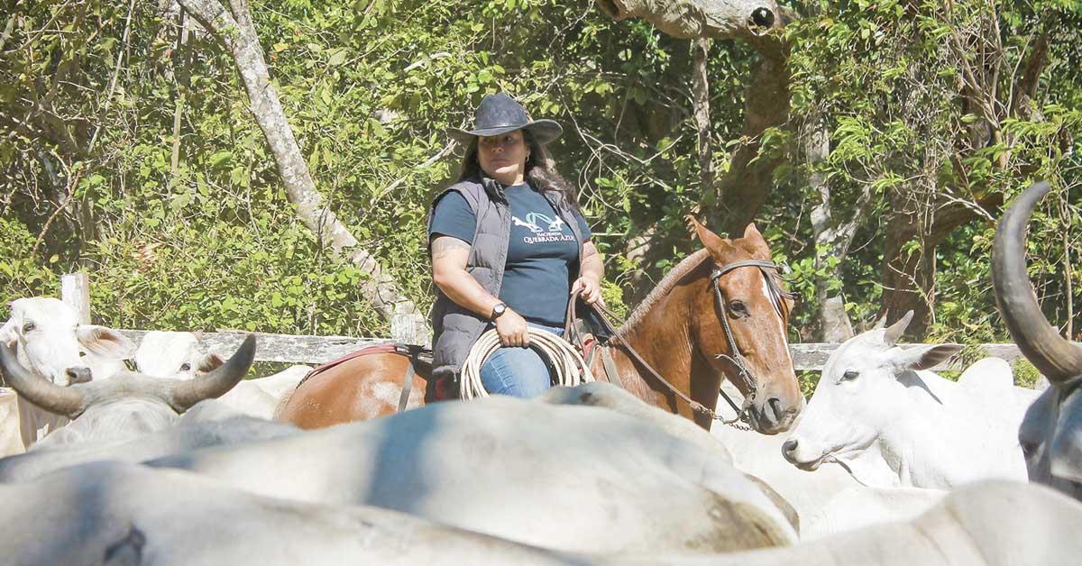 Madre soltera dejó la ciudad para criar ganado en Tilarán
