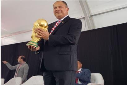 Presidente Solís recibe Trofeo de la Copa Mundial de la FIFA