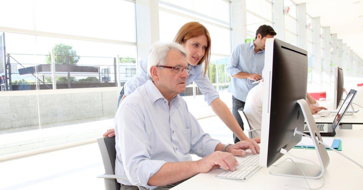 Adultos mayores aprenderán a agendar citas de la Caja desde el celular