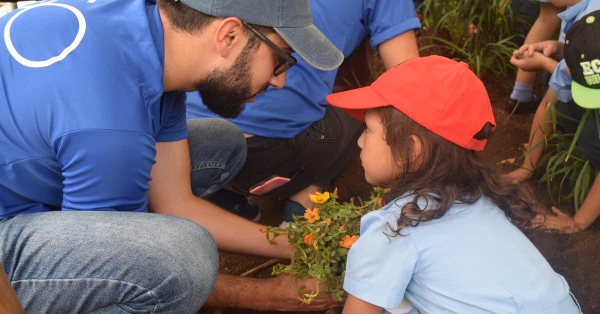 Voluntarios de Intel reforestaron áreas verdes con niños de Desamparados