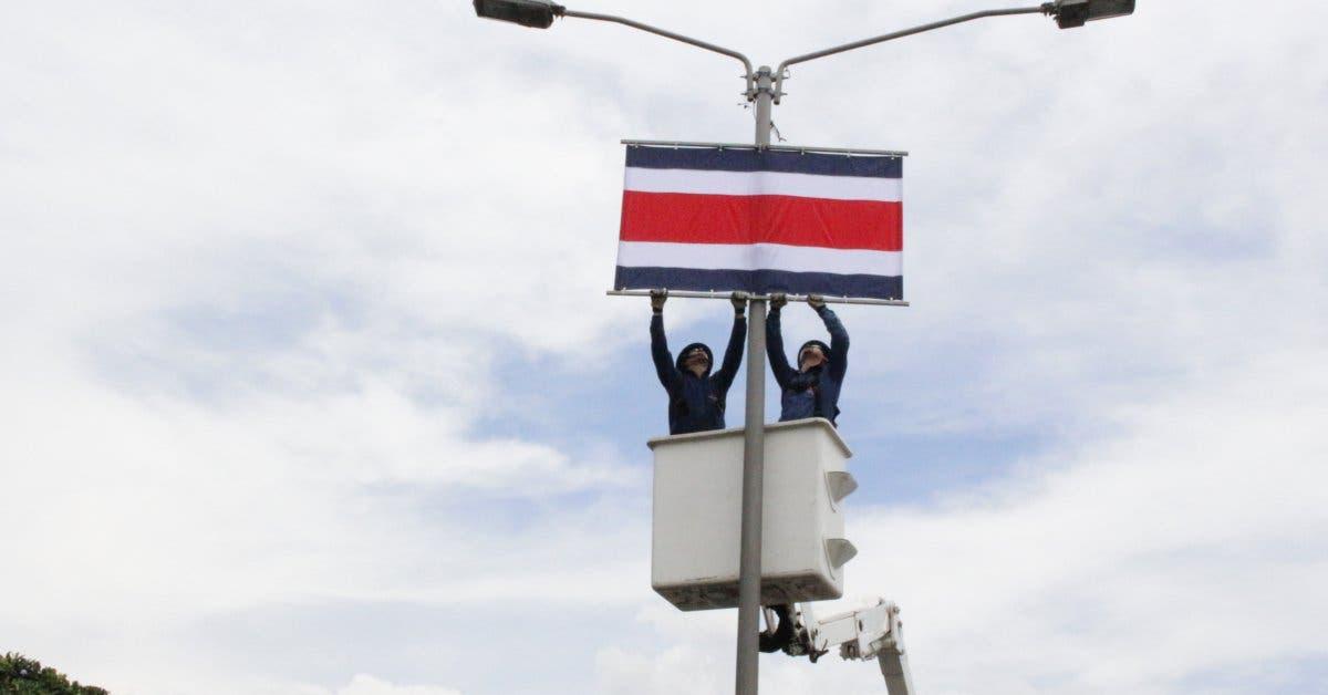 CNFL coloca  banderas en  la autopista General Cañas por traspaso de poderes