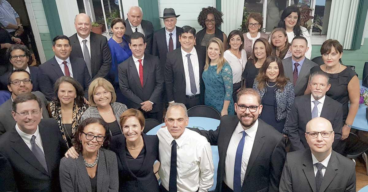 Carlos Alvarado se rodeó de posibles candidatos para 2022