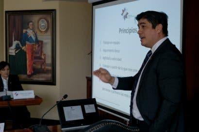 """Carlos Alvarado pule directriz para evitar """"agencia de viajes en el gobierno"""""""