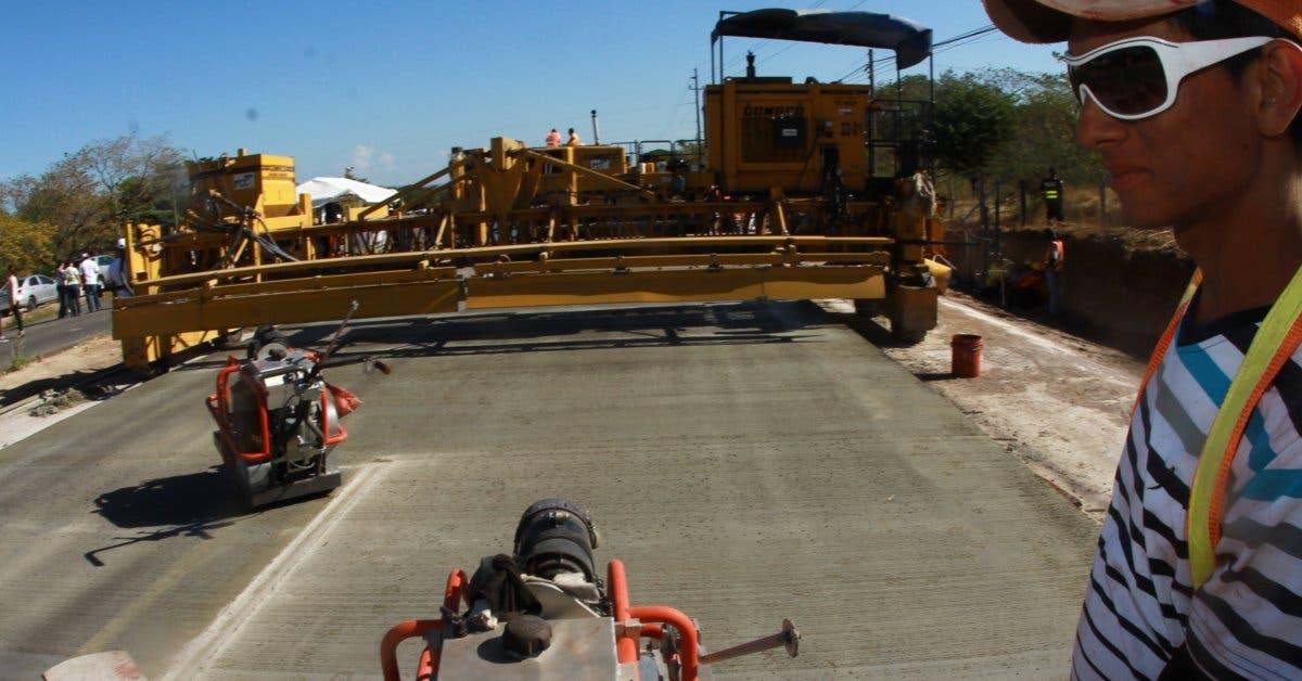 Inician obras para ampliar vía hacia Santo Domingo