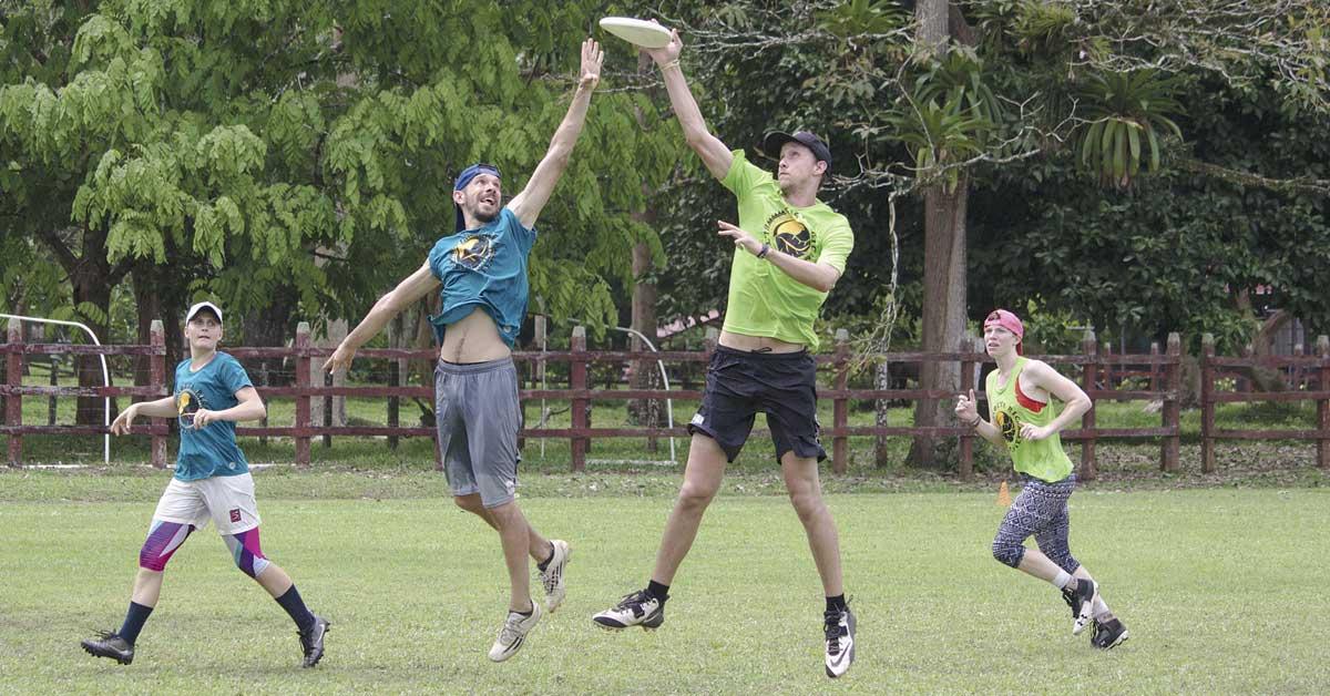 Torneo de Ultimate Frisbee invita a turistas a conocer La Fortuna cada año