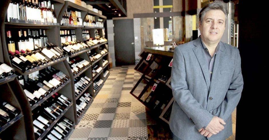 Vinicio González propietario del Winetown.