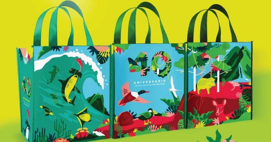 bolsas con figuras de tiburones y pájaros
