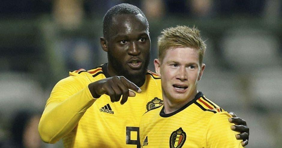 Romelu Lukaku y Kevin de Bruyne celebran la primera anotación de Bélgica ante Costa Rica.