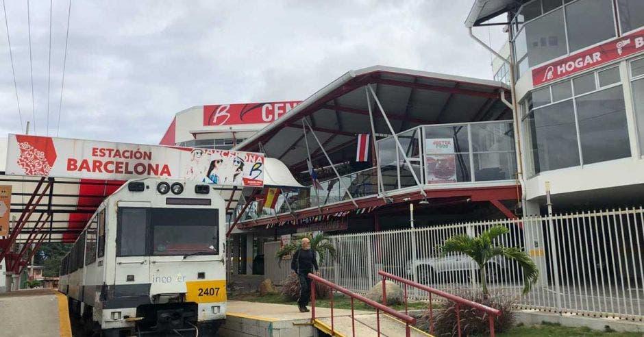 Centro comercial integra estación de tren en su diseño