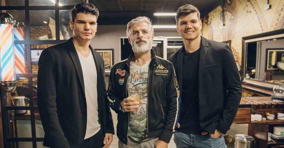Los modelos Esteban y Douglas Castillo, junto a Omar Boninsegna