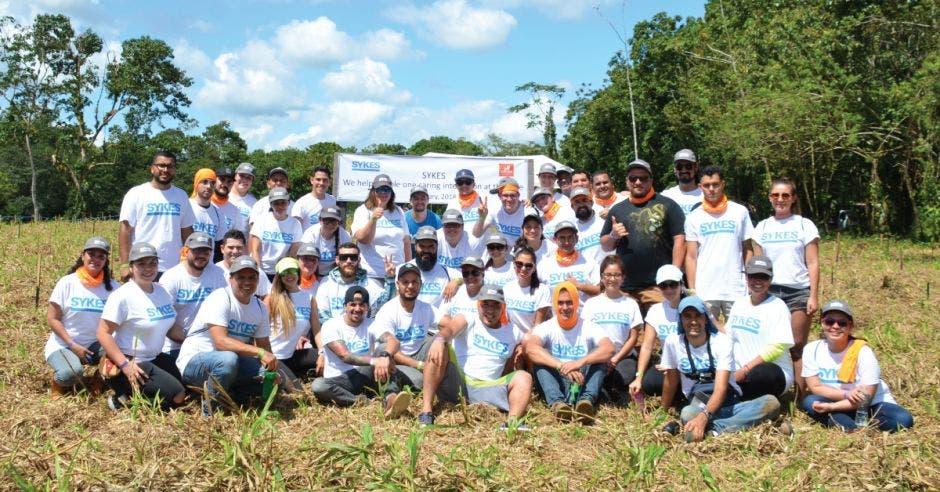 Empleados de SYKES realizando labores de sostenibilidad