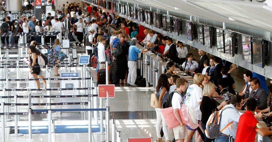 Varias personas hacen chequeo en la terminal del Aeropuerto Juan Santamaría.