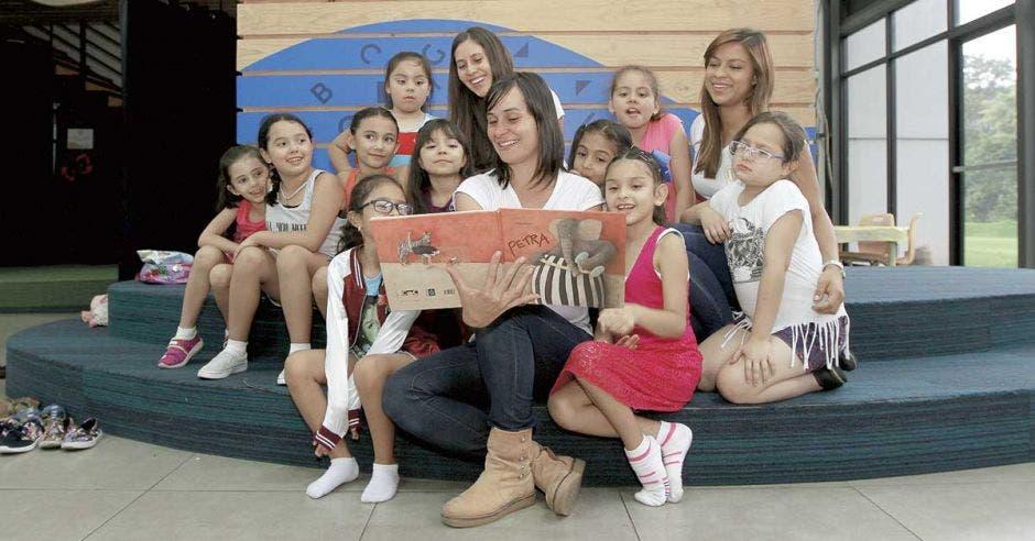 Organización previene embarazo adolescente con clubes para niñas