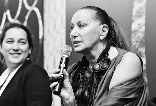 Donna Karan hablando en Omina