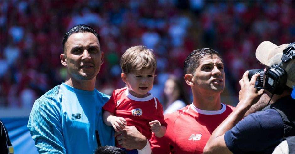 Keylor Navas y Christian Gamboa posan antes del encuentro amistoso frente a Irlanda del Norte en el Estadio Nacional