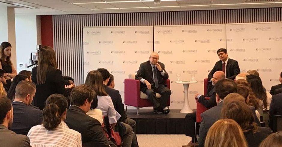 Carlos Alvarado en una conferencia
