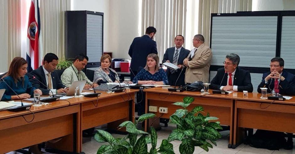 Diputados tiran a la basura primer día de trabajo de comisión fiscal