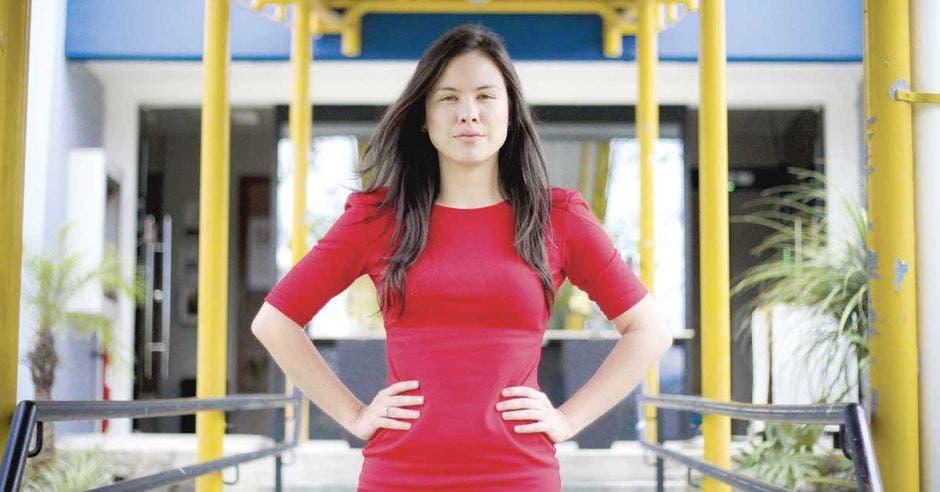 Ana Karen Cortés, directora nacional de Prodhab, luce un vestido rojo y el cabello suelto.