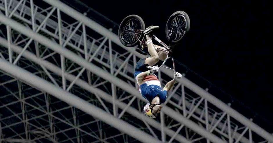 Kenneth Tencio en una maniobra durante los X-Knights en el Estadio Nacional